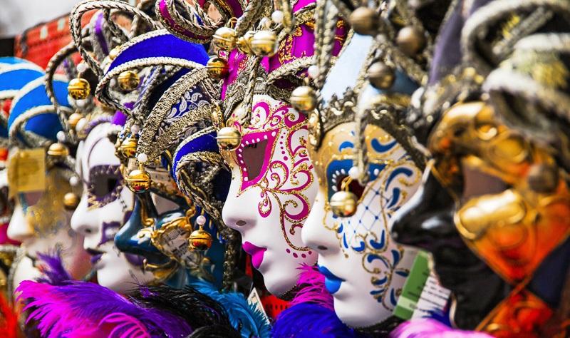 Die weltberühmten venezianischen Masken sind in großer Zahl am Karneval von Venedig zu sehen und wurden schon im 18. Jahrhundert nach ganz Europa verschifft, Italien