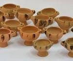 Μερικές μικκύλες κοτύλες που ανακαλύφτηκαν στον ιερό βόθρο του Ιερού της Ειλείθυιας
