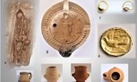 Ευρήματα από ταφές ελληνιστικών και ρωμαϊκών χρόνων.