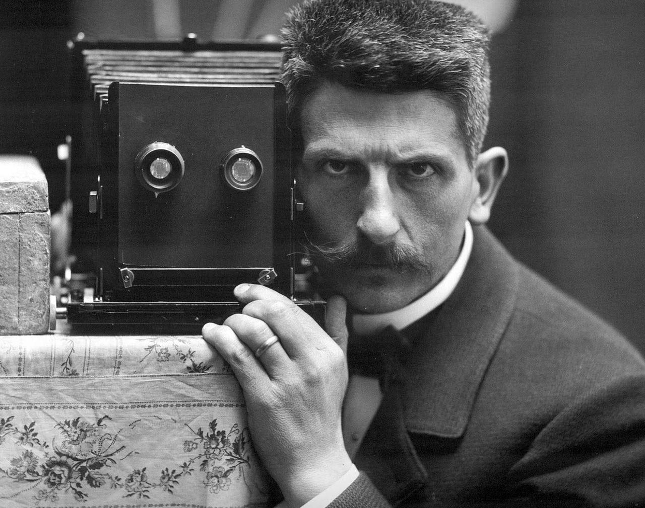 Self_picture_via_mirror_-_Frédéric_Boissonnas_-_1900