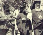 Ο Αρης Βελουχιώτης μαζί με τον μητροπολίτη Ηλείας Αντώνιο και άλλα στρατιωτικά και πολιτικά στελέχη του ΕΑΜ κατά την επίσκεψή του στη Μεσσηνία