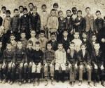Φωτό 1: Δάσκαλοι και μαθητές Ελληνικού Σχολείου (τέλη 19ου αι.). Στην άκρη της φωτογραφίας ίσως είναι ο Θεοφάνης Κατωπόδης (παπά-Ατζουλής)