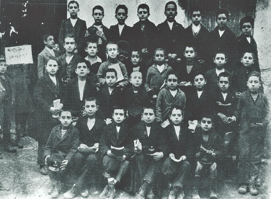 Φωτό 3: Α' ή Β' τάξη του Ελληνικού Σχολείου, 1924-25 ή 1925-26.
