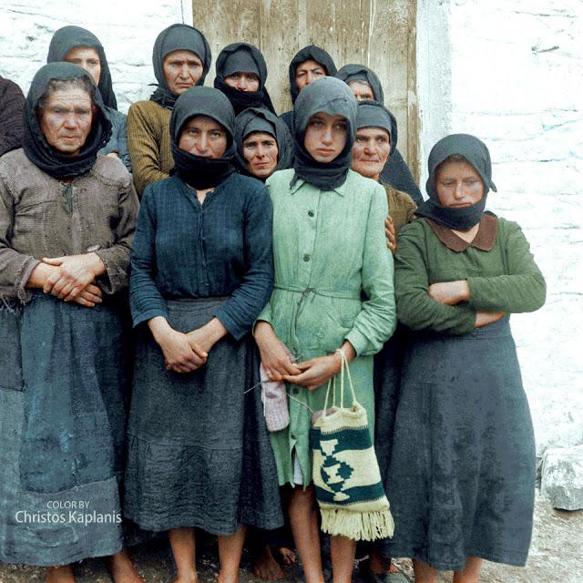 Dmitri Kessel, 1 Νοεμβρίου 1944, γυναίκες του Διστόμου