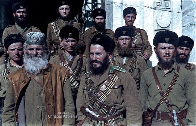 Dmitri Kessel, 29 Οκτωβρίου 1944, Λαμία, ομάδα μαυροσκούφιδων ανταρτών, σωματοφυλάκων του Άρη Βελουχιώτη, μπροστά από την είσοδο της Νομαρχίας.